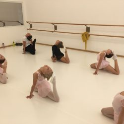 Fegyelemre, kitartásra is tanítja a gyerkőcöket a balett
